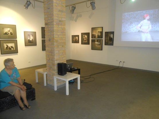 Мать Паоло Мизерини смотрит видеоконцерт ансамбля Хатти